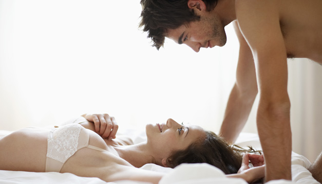pareja-sexo-cama-preliminares