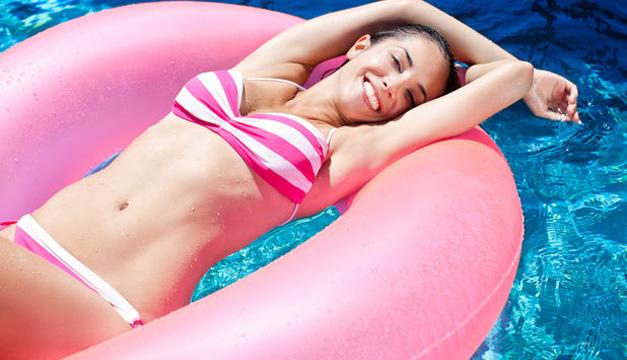 mujer piscina flotador verano