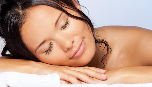 ¿Qué tanto podría afectarnos el dormir con el cabello mojado?