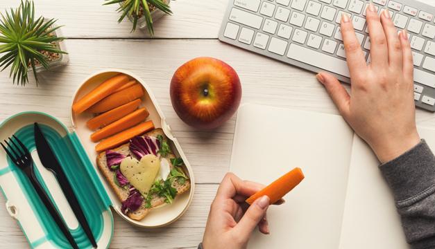 Tips para alimentarte saludable en tu oficina y evitar arrepentimientos