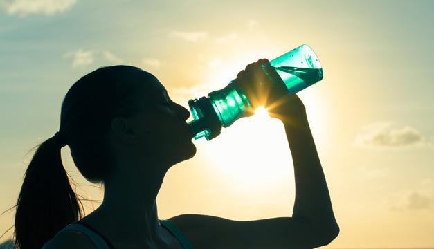 Signos en tu cuerpo que te piden consumir más agua