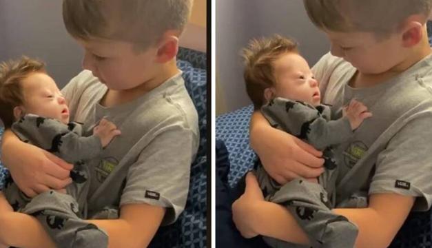 Niño canta tierna canción a su hermanito con Síndrome de Down