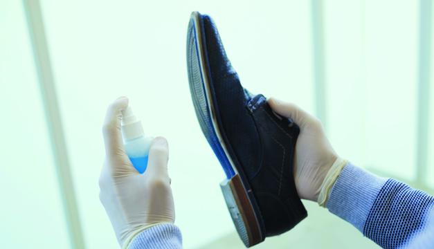 ¿Por qué es importante que desinfectes tus zapatos antes de entrar a casa?