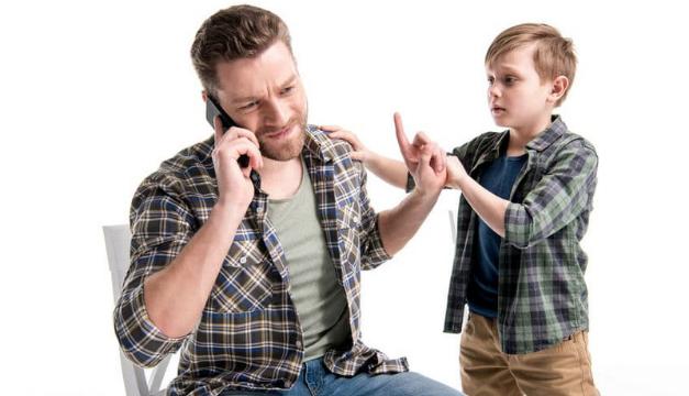 Cómo enseñar a tu hijo a no interrumpir las conversaciones