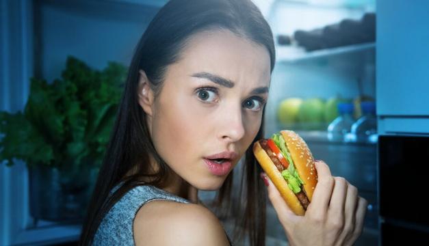 5 motivos importantes por los que no deberías cenar muy tarde